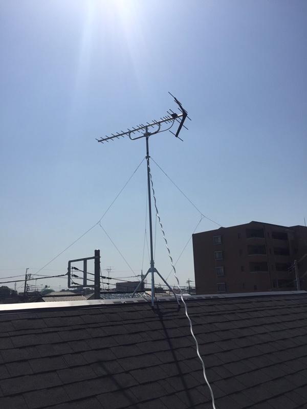 栃木県佐野市堀米町の新築屋根上に立てた地上デジタル放送用のUHFアンテナ。晴天の下の施工でした。
