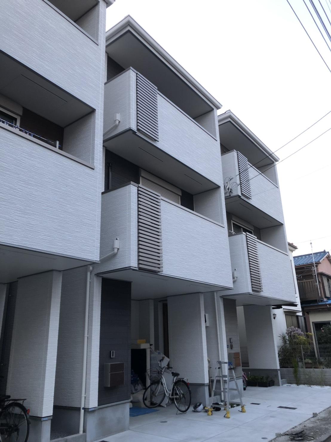 中央の建物が、今回テレビアンテナ工事に伺った3階建ての戸建物件です。