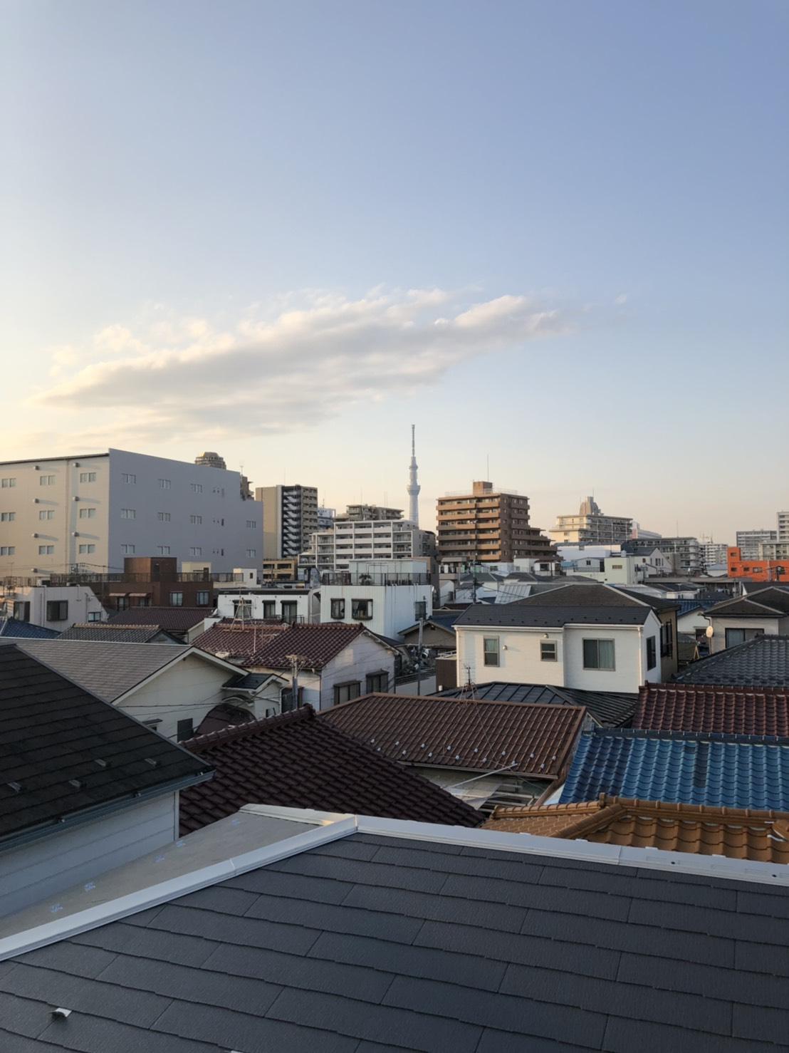 3階建て戸建物件、アンテナ工事前の写真です。遠くには、電波塔・東京スカイツリーも見えます。